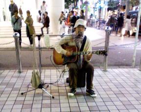 弾き語りギタリスト藤田一道さん@新宿駅東南口