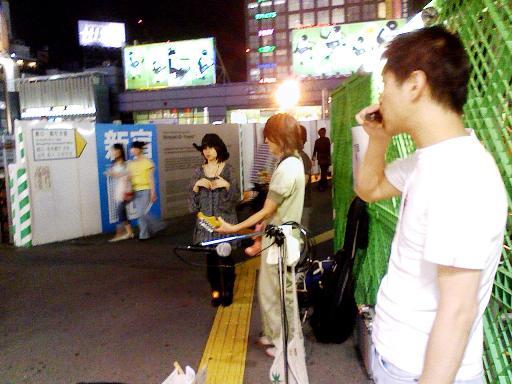 新宿駅東南口のストリート・ミュージシャン